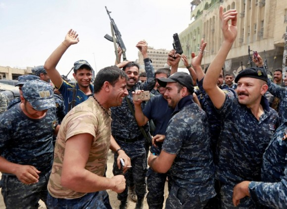 Iraqi Federal police celebrate in the Old City of Mosul, Iraq July 8, 2017. (Reuters/Ahmed Saad)