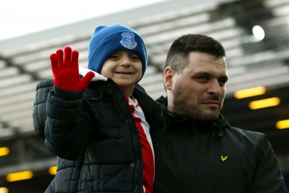 Bradley Lowery (L) with his Dad Carl waves prior to the Premier League match between Everton and Sunderland at Goodison Park on February 25, 2017 in Liverpool, England.  (Photo by Jan Kruger/Getty Images)