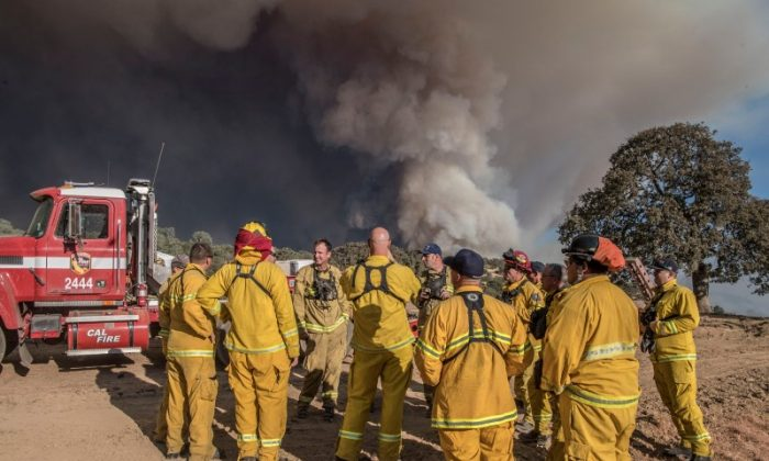 The Cal Fire Strike team leader holds a meeting at Shilling Ranch after authorities ordered evacuations due to the Detwiler fire in Mariposa, California, U.S. July 18, 2017. (Reuters/Al Golub)