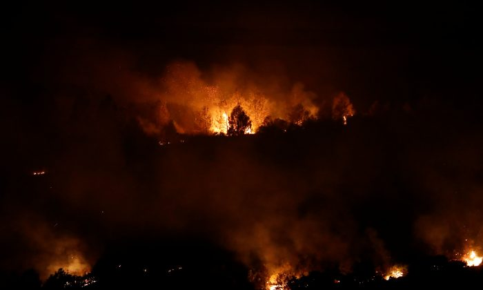 Flames from the Detwiler fire burn on a hill overlooking the town of Mariposa, California, U.S., July 18, 2017. Picture taken July 18, 2017. (Reuters/Stephen Lam)
