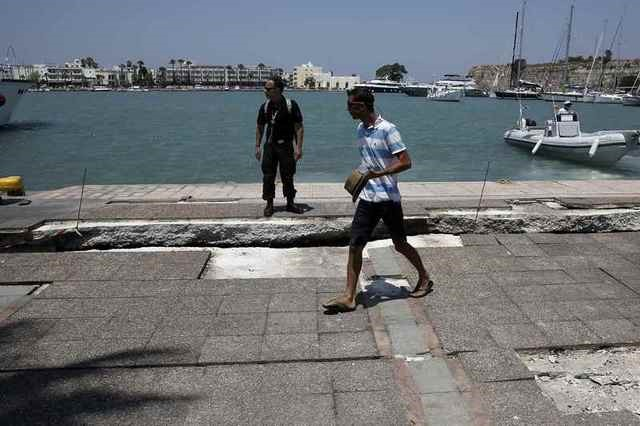 People look at part of the damaged pier of the port of Kos, following an earthquake off the island of Kos, Greece July 21, 2017. REUTERS/Costas Baltas