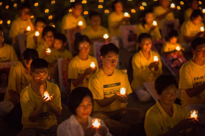 Hundreds of Falun Gong practitioners hold a candlelight vigil at the Lincoln Memorial in Washington on July 20, 2017, to honor those who have died during the persecution in China that the Chinese regime started on July 20, 1999. (Benjamin Chasteen/The Epoch Times)