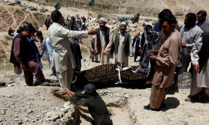 Relatives take part in a burial ceremony of the victims of yesterday's suicide attack in Kabul, Afghanistan July 25, 2017. (Reuters/Mohammad Ismail)