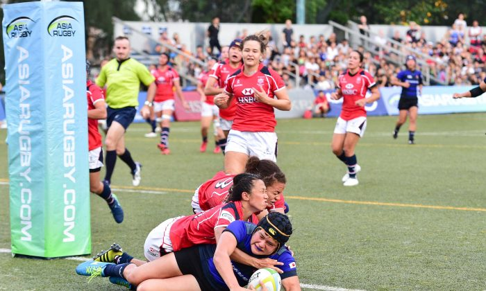Japan centre Riho Kurigi scores her second try just before half time to take the score against Hong Kong to 31-7. Japan continued to dominate in the second half pushing the final result in the second and final match score to 60-19. The match was played at King's Park on Saturday July 15. (Bill Cox/Epoch Times)