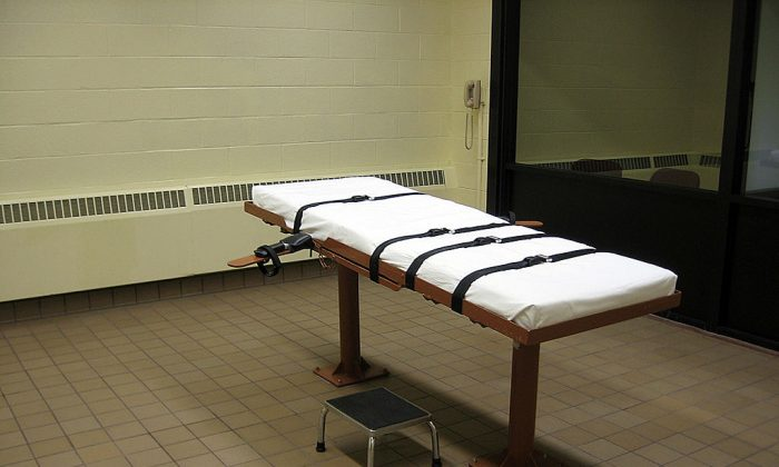 """This November 30, 2009 photo shows the witness room facing the execution chamber of the """"death house"""" at the Southern Ohio Correctional Facility in Lucasville,Ohio. (CAROLINE GROUSSAIN/AFP/Getty Images)"""