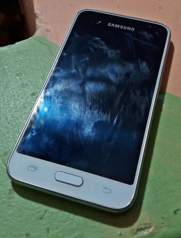 Samsung Galaxy J1 phone. (By JulianVilla26  [CC BY-SA 4.0 (http://creativecommons.org/licenses/by-sa/4.0)], via Wikimedia Commons)