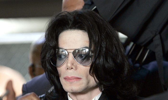 Michael Jackson prepares to enter the Santa Barbara County Superior Court.  (Photo by Kevork Djansezian-Pool/Getty Images)