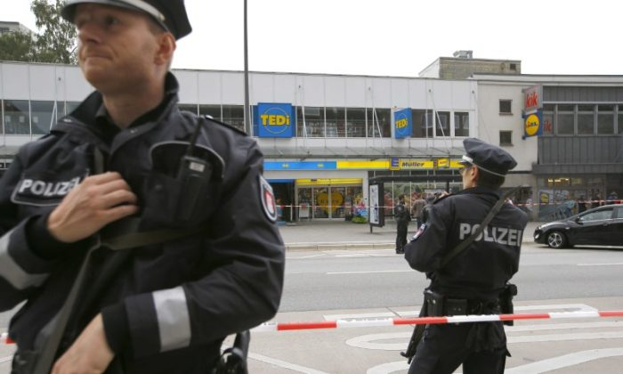 Police officers look on after a knife attack in a supermarket in Hamburg, Germany on July 28, 2017. (REUTERS/Morris Mac Matzen)