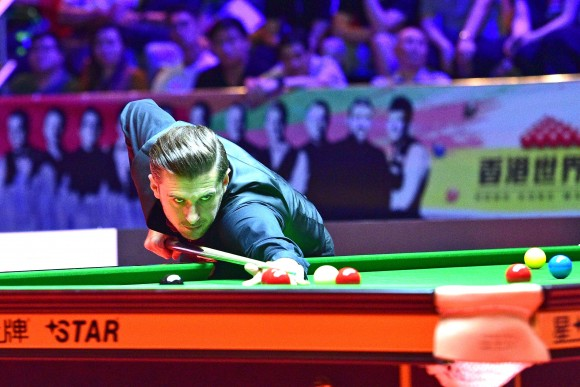 Mark Selby in action against Neil Robertson in the quarter final of the Hong Kong Masters 2017, on Friday July 21. (Bill Cox/Epoch Times)