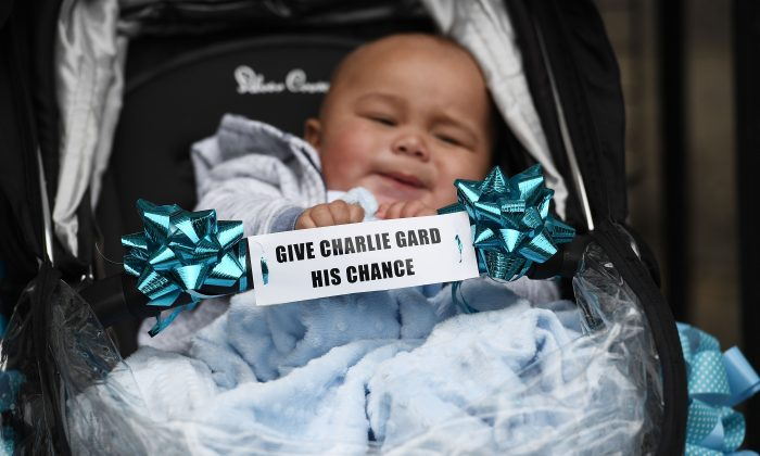 Supporters of terminally ill baby Charlie Gard protest outside the High Court before the verdict was announced on July 24, 2017 in London, England. (Photo by Carl Court/Getty Images)