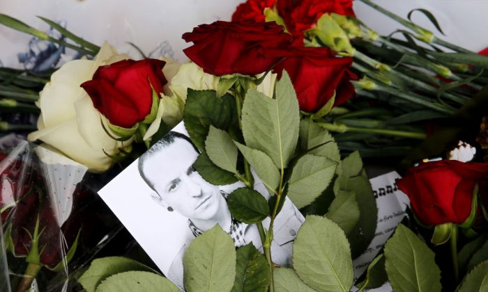 Red roses and a picture of  Linkin Park frontman Chester Bennington laid in front of the US embassy in central Moscow in memory of Bennington on July 22, 2017. (MAXIM ZMEYEV/AFP/Getty Images)