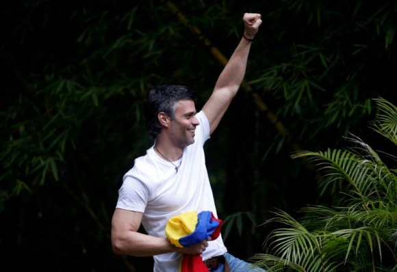 File photo: Venezuela's opposition leader Leopoldo Lopez, who has been granted house arrest after more than three years in jail, salutes supporters, in Caracas, Venezuela July 8, 2017. (Reuters/Andres Martinez Casares/File Photo)