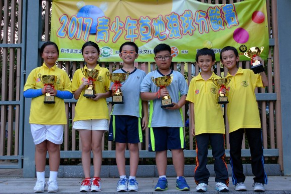 Winner Argus Yiu (third from left) and Jason Wong (fourth from left) and other winners of the 8-11 years old group at the U25 Age Group Lawn Bowls Competition proudly display their trophies. (Stephanie Worth)