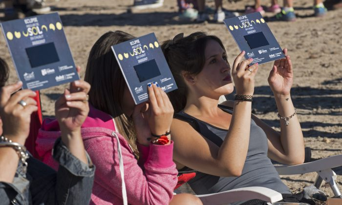 """Stargazers awaiting an annular eclipse. They applauded as they were plunged into darkness when the moon passed in front of the sun in a spectacular """"ring of fire"""" on Feb 26, 2017. (ALEJANDRO PAGNI/AFP/Getty Images)"""