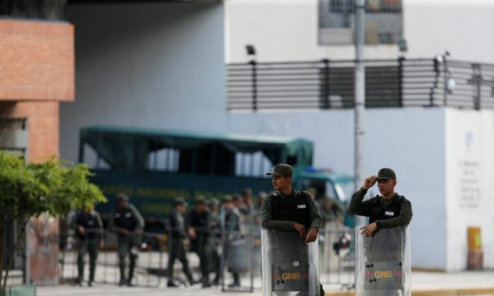 Venezuelan National Guard members stand guard in front of the Prosecutor's office in Caracas, Venezuela August 5, 2017.  (Reuters/Andres Martinez Casares)