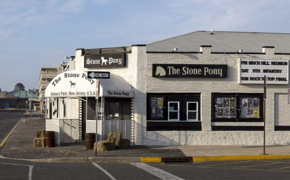 The Stone Pony has been a mainstay of Asbury Park's music scene. It is known as a launch pad for many American music legends, including Bruce Springsteen and Jon Bon Jovi. (Acroterion/Public domain)