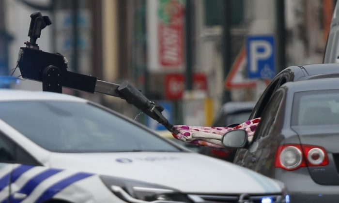 A bomb disposal squad is deployed after Belgian police shot at a vehicle in the Brussels district of Molenbeek. (REUTERS/Francois Lenoir)