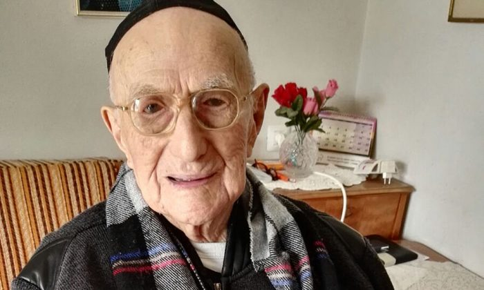 Yisrael Kristal sitting in his home in the Israeli city of Haifa. (SHULA KOPERSHTOUK/AFP/Getty Images)