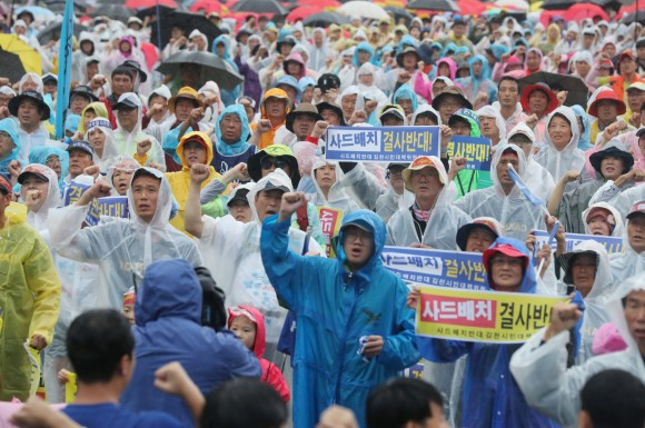 People chant slogans during a rally calling for peace on the peninsula in central Seoul, South Korea, August 15, 2017.  (Park Dong-ju/Yonhap via Reuters)