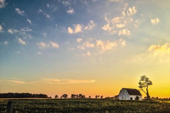 The sun sets over an old barn in Plain City, Ohio, in August 2013. (Charlotte Cuthbertson/Epoch Times)