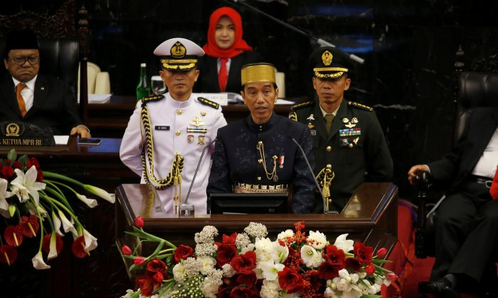 Indonesia president Joko Widodo (C) speaks in front of parliament members ahead of Thursday's independence day in Jakarta, Indonesia, August 16, 2017.  (Reuters/Beawiharta)