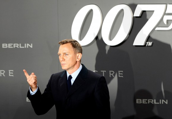 "Actor Daniel Craig poses for photographers on the red carpet at the German premiere of the new James Bond 007 film ""Spectre"" in Berlin, Germany, October 28, 2015. (Reuters/Fabrizio Bensch/File Photo)"