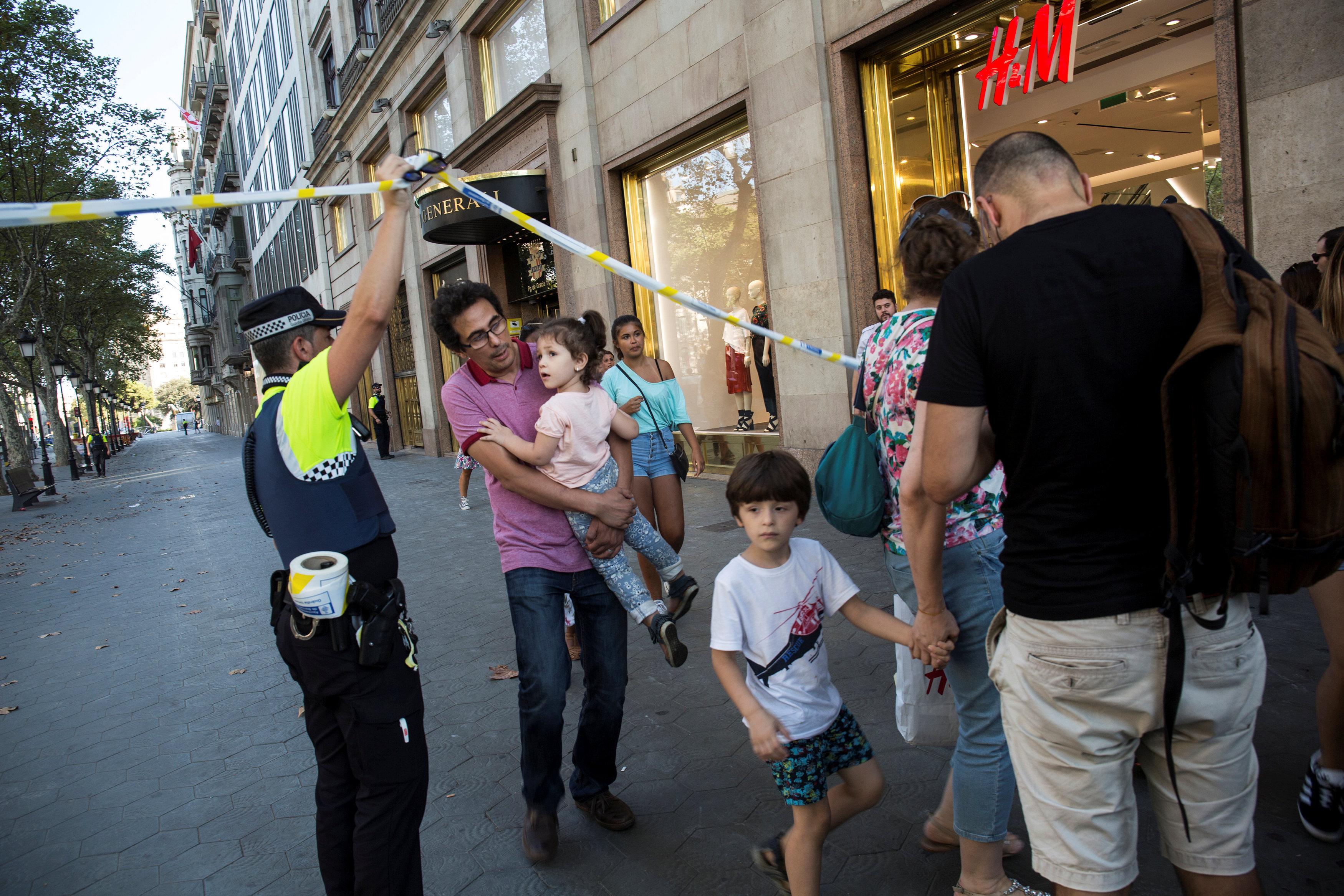 A police officer helps evacuate people after a van crashed into pedestrians near the Las Ramblas avenue in central Barcelona, Spain August 17, 2017. Ana Jimenez/La Vanguardia/via REUTERS   ATTENTION EDITORS - THIS IMAGE WAS PROVIDED BY A THIRD PARTY. MANDATORY CREDIT. NO RESALES. NO ARCHIVE. SPAIN OUT.