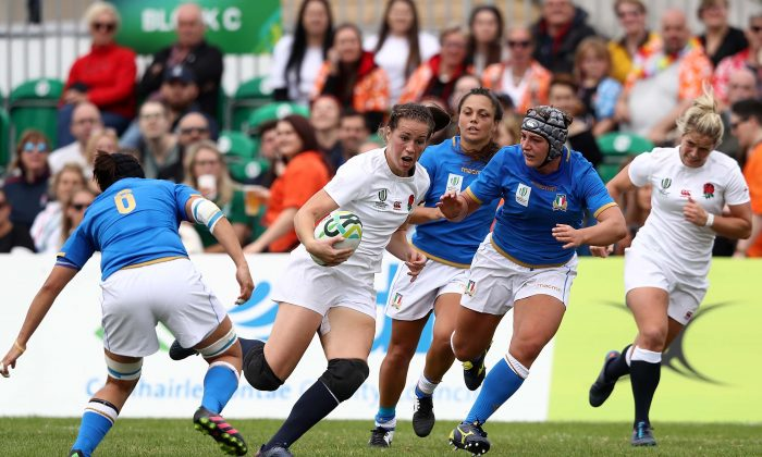 Emily Scarratt of England makes a break during the Women's Rugby World Cup 2017 between England and Italy on August 13, in Dublin.  England won the match 56-13 to stay top of Pool B , but on similar points to USA that they play later today (Thursday August 17). (David Rogers/Getty Images)