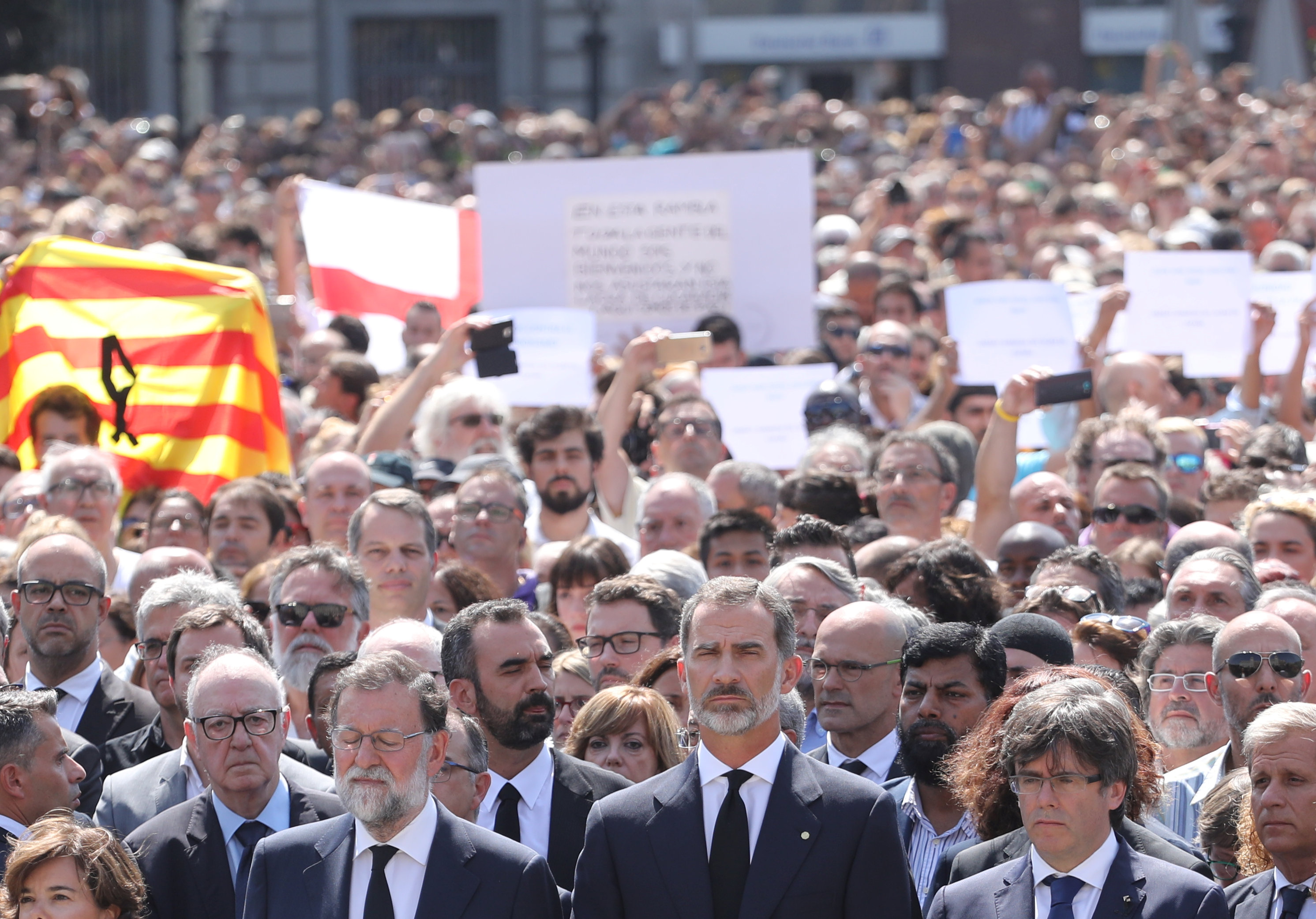 REFILE - CORRECTING GRAMMAR King Felipe of Spain stands between Prime Minister Mariano Rajoy and President of the Generalitat of Catalonia Carles Puigdemont as they observe a minute of silence in Placa de Catalunya, a day after a van crashed into pedestrians at Las Ramblas in Barcelona, Spain August 18, 2017. (REUTERS/Sergio Perez)