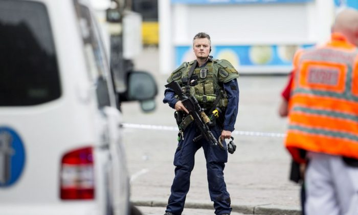 An armed police officer stands guard at the Turku Market Square in the Finnish city of Turku where several people were stabbed on August 18, 2017.  (RONI LEHTI/AFP/Getty Images)