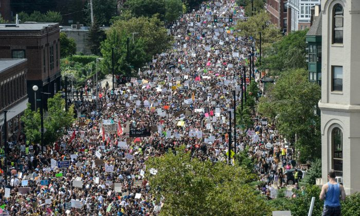 A large crowd of people march towards the Boston Commons to protest the Boston Free Speech Rally in Boston, MA, U.S., August 19, 2017. (REUTERS/Stephanie Keith)