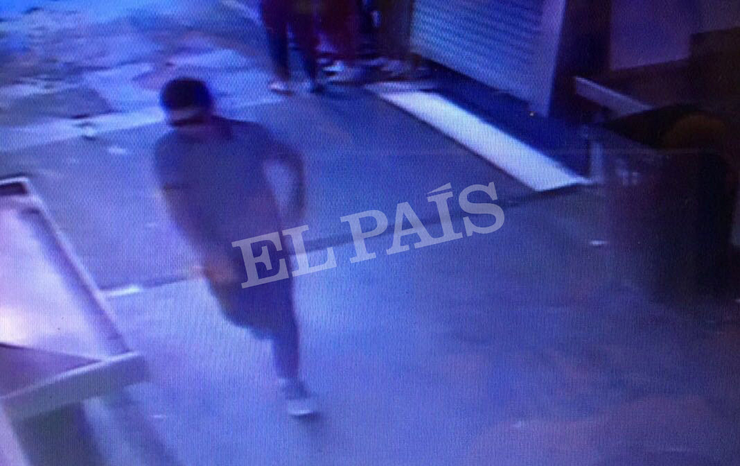 A watermarked CCTV frame grab provided by Spanish newspaper El Pais shows a suspect walking through La Boqueria market seconds after a van crashed into pedestrians in Barcelona, Spain, August 17, 2017. (Courtesy of El Pais via REUTERS)