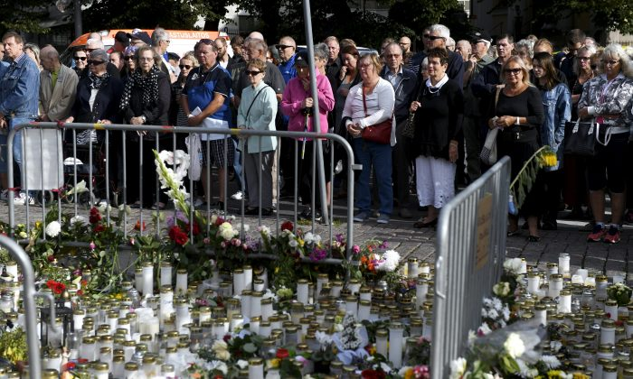 People attend a moment of silence to commemorate the victims of Friday's stabbings at the Turku Market Square in Turku, Finland on August 20, 2017. (Lehtikuva/Vesa Moilanen via REUTERS)