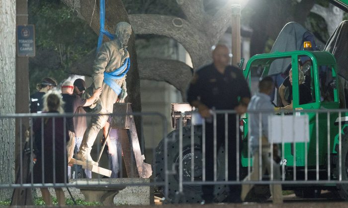 Workers remove Confederate General Robert E. Lee statue from the south mall of the University of Texas in Austin, Texas on Aug. 21, 2017. (REUTERS/Stephen Spillman)