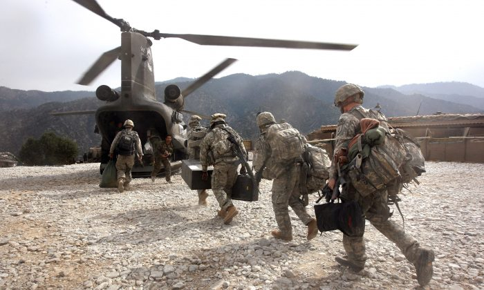 U.S. soldiers board an Army Chinook transport helicopter in the Korengal Valley, Afghanistan, on Oct. 27, 2008. (John Moore/Getty Images)