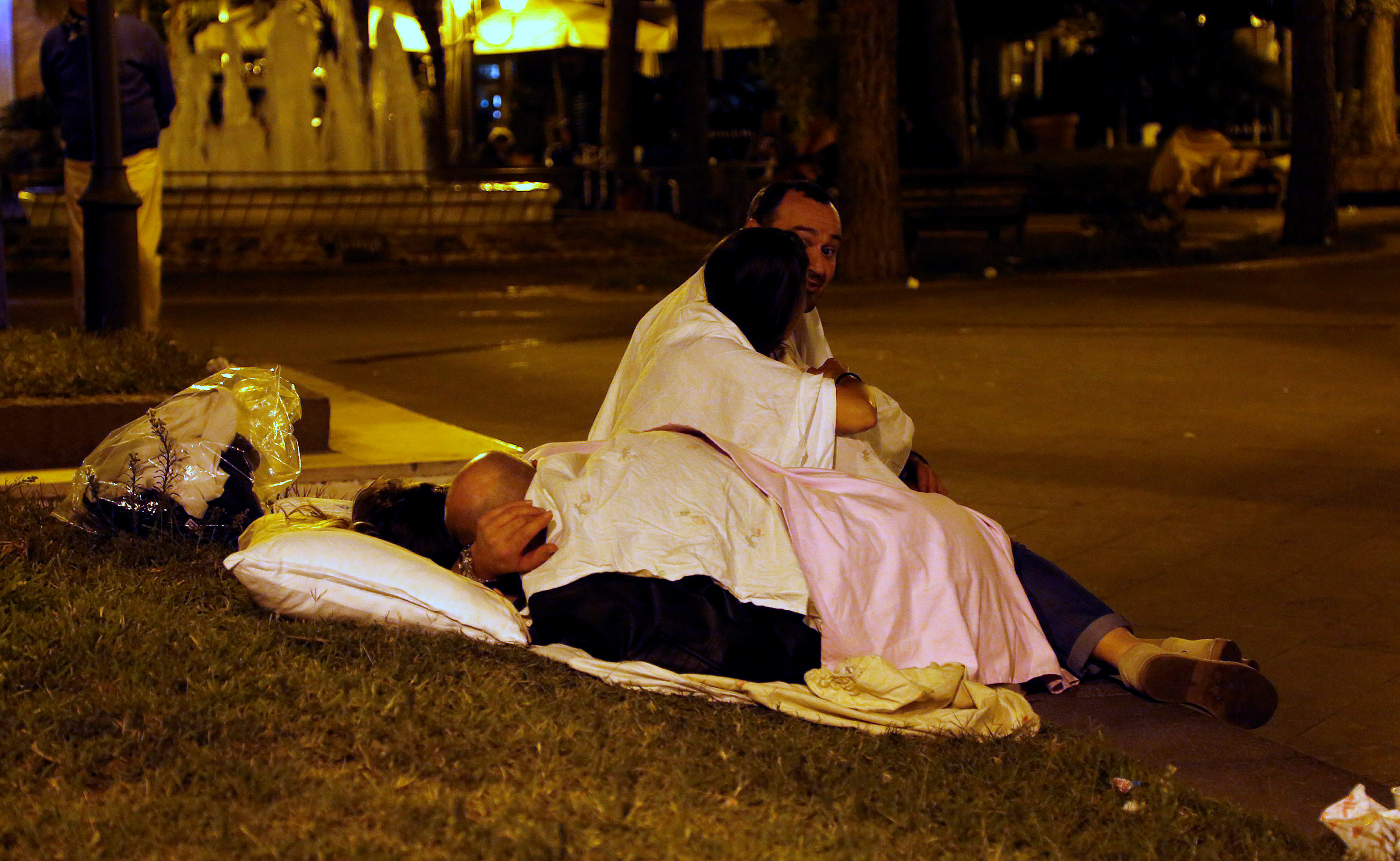 People sleep in the street on early morning after an earthquake hit the island of Ischia, off the coast of Naples, Italy on August 22, 2017. (REUTERS/Ciro De Luca)