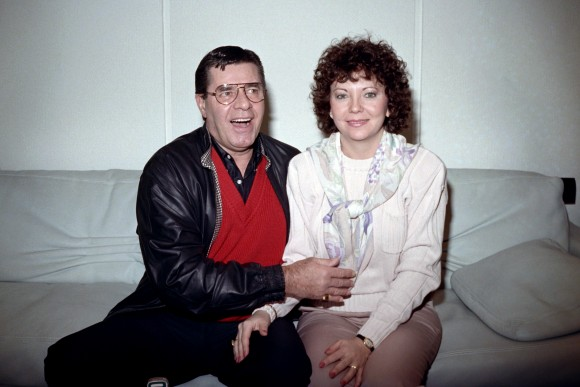 U.S. humorist, comedian, director, and singer Jerry Lewis poses with his wife SanDee Pitnick during a press conference on April 10, 1989 in Paris. (JEAN-PIERRE MULLER/AFP/Getty Images)