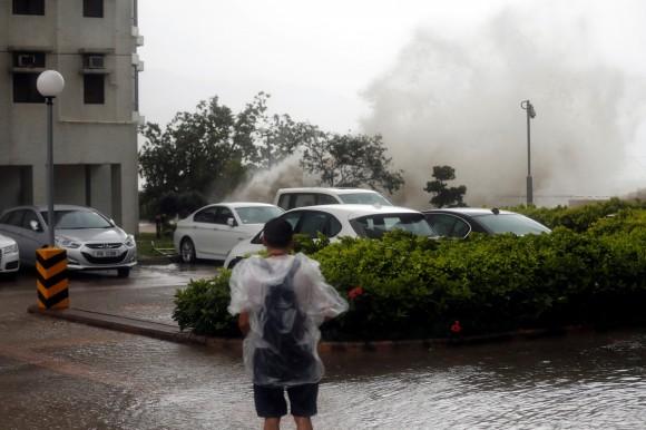 High waves hit the shore as Typhoon Hato hits Hong Kong, China August 23, 2017. (Reuters/Tyrone Siu)