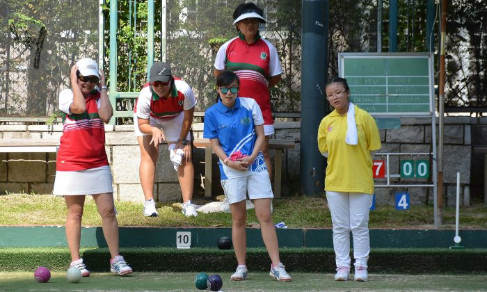 Hazel Lee of the the Young Athletes Lawn Bowls Training Scheme (yellow shirt) played her first competitive game with Gloria Ha of the Hong Kong Youth Team (blue shirt) against experience bowlers from Kowloon Cricket Club last Saturday, Aug 19, 2017, in a funday to kick-start the Bowls Academy Program. (Stephanie Worth)
