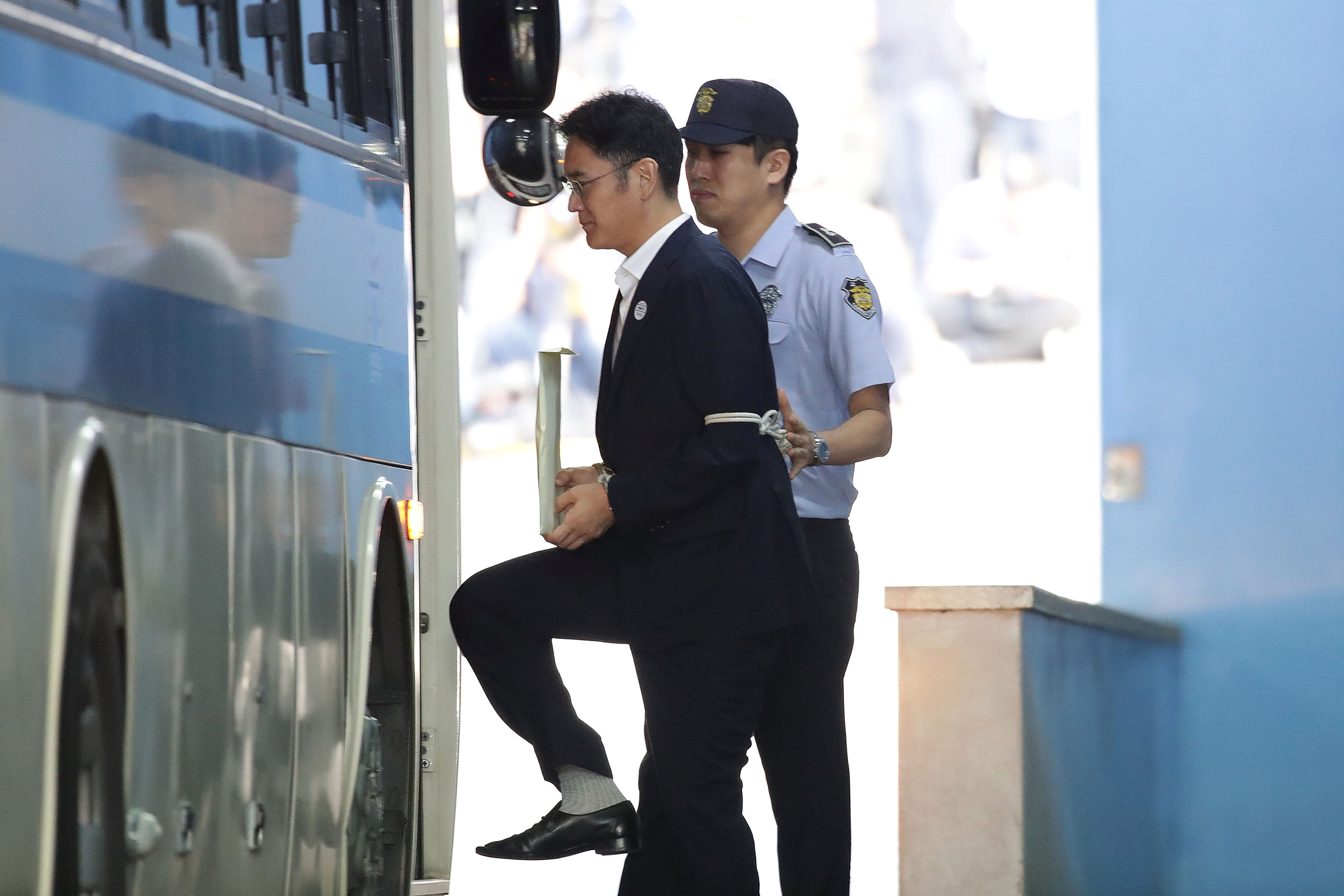 Lee Jae-yong, Samsung Group heir, leaves after his verdict trial at the Seoul Central District Court in Seoul, South Korea on August 25, 2017. (REUTERS/Chung Sung-Jun/Pool)