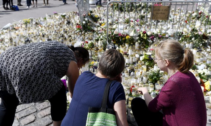 Mourners bring memorial cards, candles and flowers to the Turku Market Square, in Turku, Finland August 20, 2017. (Lehtikuva/Vesa Moilanen/via Reuters)