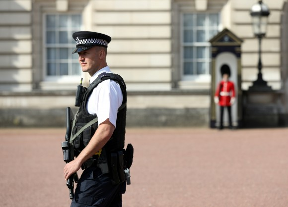 A police officer patrols within the grounds of Buckingham Palace in London, Britain August 26, 2017.(REUTERS/Paul Hackett)