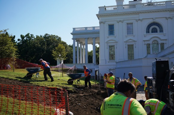 Workers are seen on the lawn outside of the Brady Briefing Room as the White House undergoes renovations on August 9, 2017 in Washington, DC. / AFP PHOTO / MANDEL NGAN        (Photo credit should read MANDEL NGAN/AFP/Getty Images)