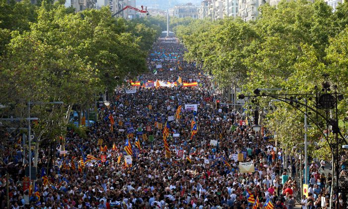 People hold placards and flags as they take part in a march of unity after the attacks last week, in Barcelona, Spain on Aug. 26, 2017. (Reuters/Albert Gea)