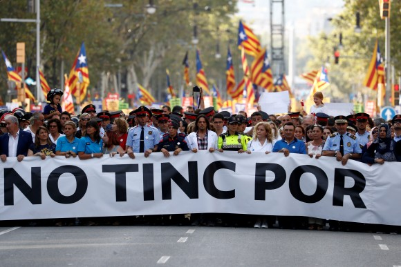 """Representatives of rescue workers, police, health workers and citizens hold banner reading """"We are not afraid"""" during a march of unity after last week attacks, in Barcelona, Spain, August 26, 2017. (Reuters/Juan Medina)"""