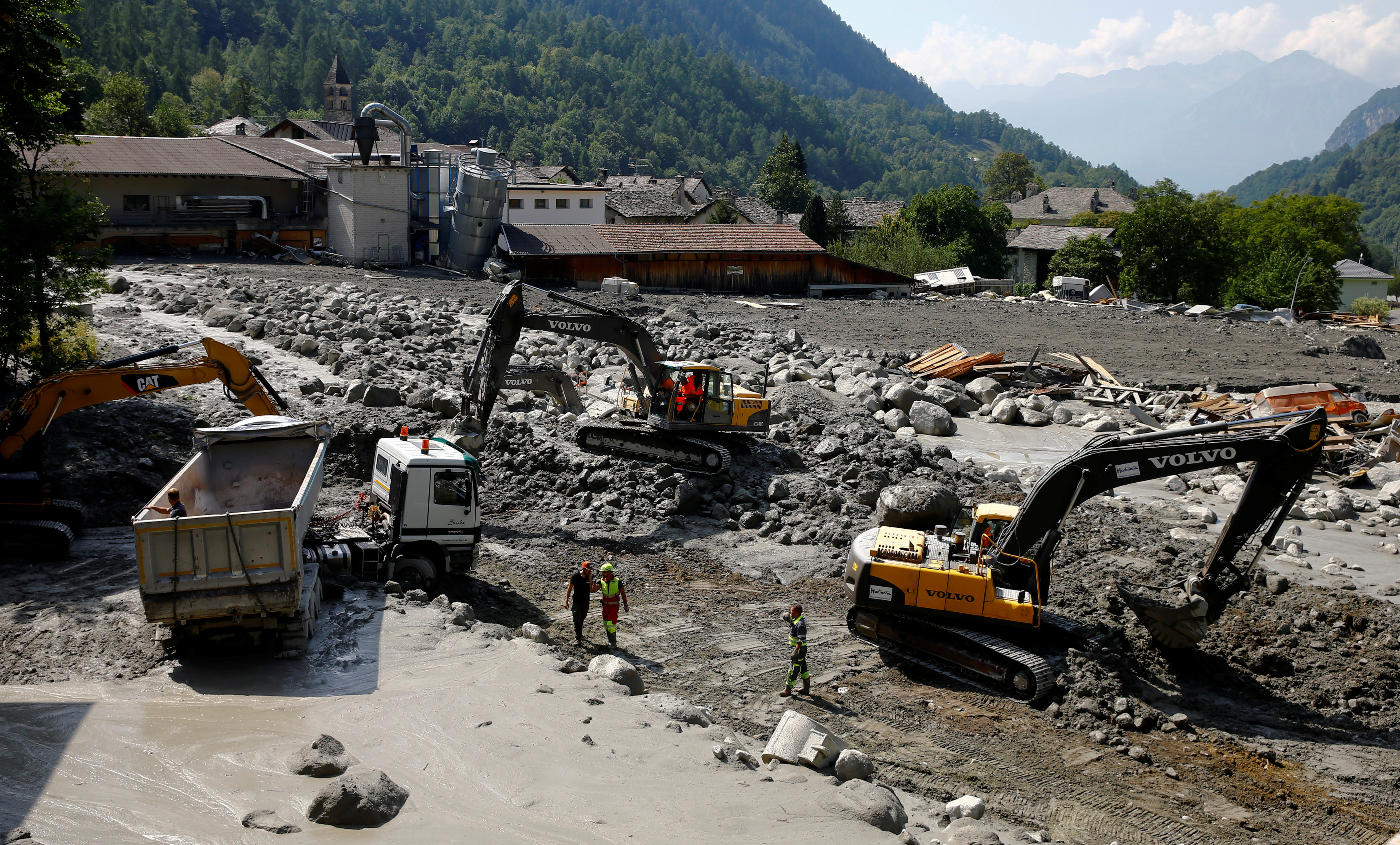 Excavators remove the debris from a landslide, near the village of Bondo, in Switzerland on Aug. 26, 2017. (REUTERS/Arnd Wiegmann)