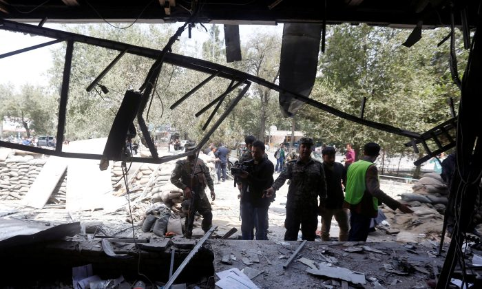 Afghan security forces inspect at the site of a suicide bomb attack in Kabul, Afghanistan August 29, 2017. (Reuters/Omar Sobhani)