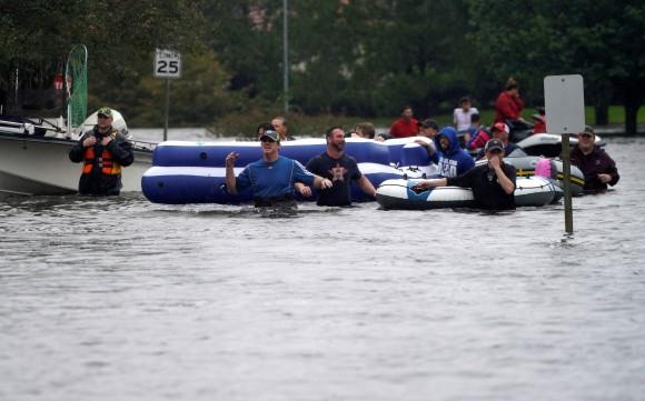 People are evacuated by volunteers in waist-deep floodwaters from Hurricane Harvey in Houston, Texas August 29, 2017. (Reuters/Rick Wilking)