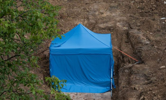 A blue tent covers a British World War II bomb that was found during construction works, on August 31, 2017 in Frankfurt am Main, western Germany. (ANDREAS ARNOLD/AFP/Getty Images)