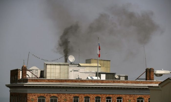Black smoke billows from a chimney on top of the Russian consulate on September 1, 2017 in San Francisco, California.  (Justin Sullivan/Getty Images)